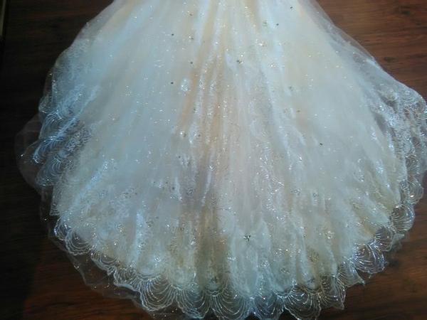 шикарное свадебное платье со шлейфом  2